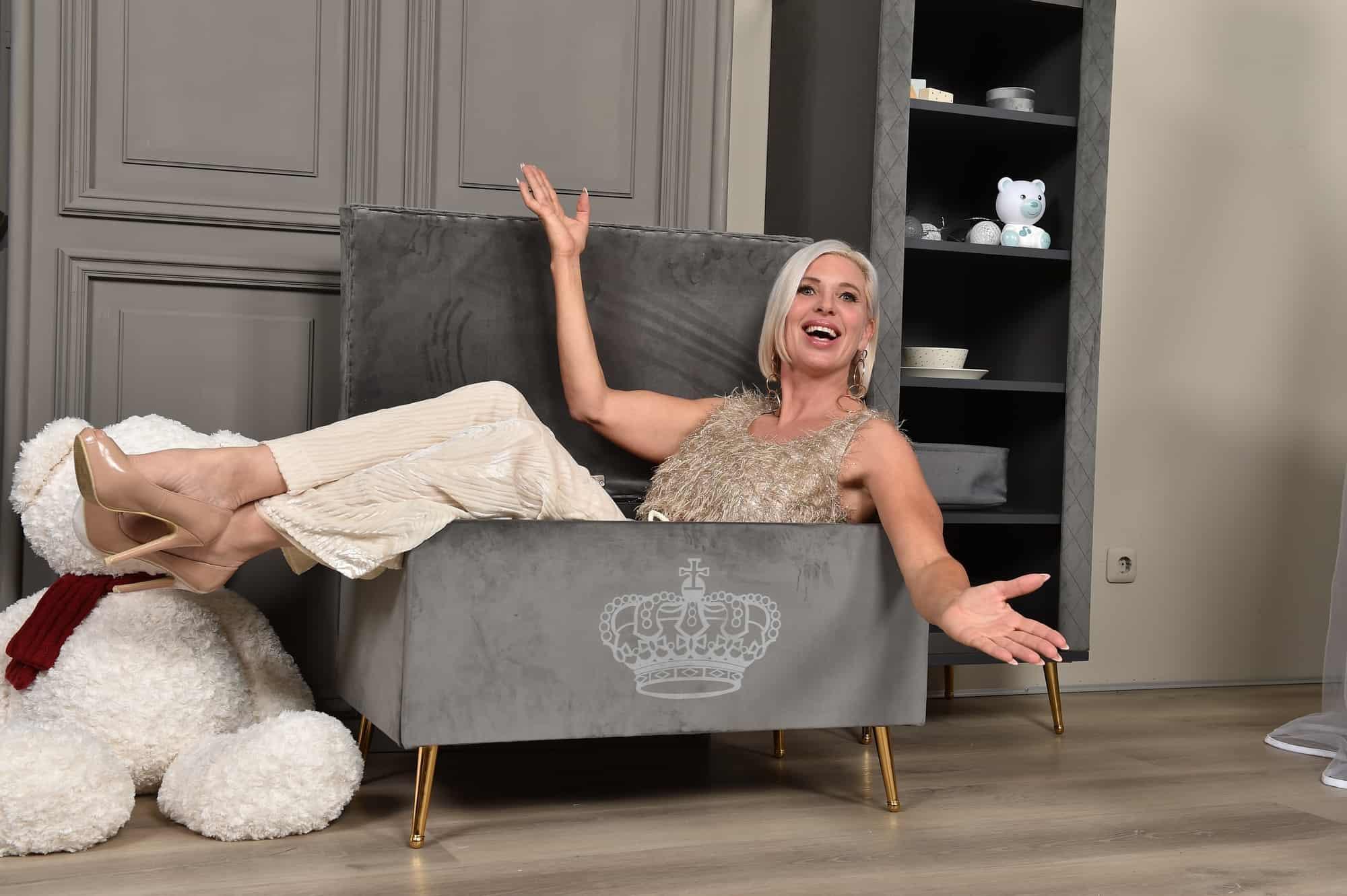 Maja Prinzessin von Hohenzollern in der Truhe ihrer veganen Royal Kids Collection m