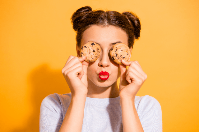 roquette-food-woman-with-cookies-on-her-eyes-2021-06-4174